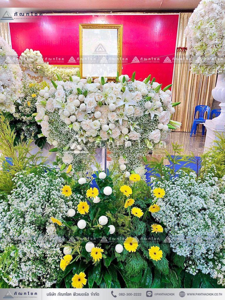 ดอกไม้หน้าหีบแบบพุ่มโทนสีเหลือง ดอกไม้งานศพแบบสวน ดอกไม้สดหน้าศพสวยหรู รับจัดงานศพหรูหรา