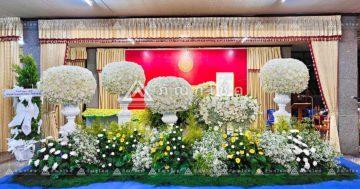 ดอกไม้หน้าหีบแบบพุ่มโทนสีเหลือง รับจัดงานศพชลบุรี ดอกไม้หน้าศพชลบุรี ดอกไม้งานศพสีขาวเหลือง